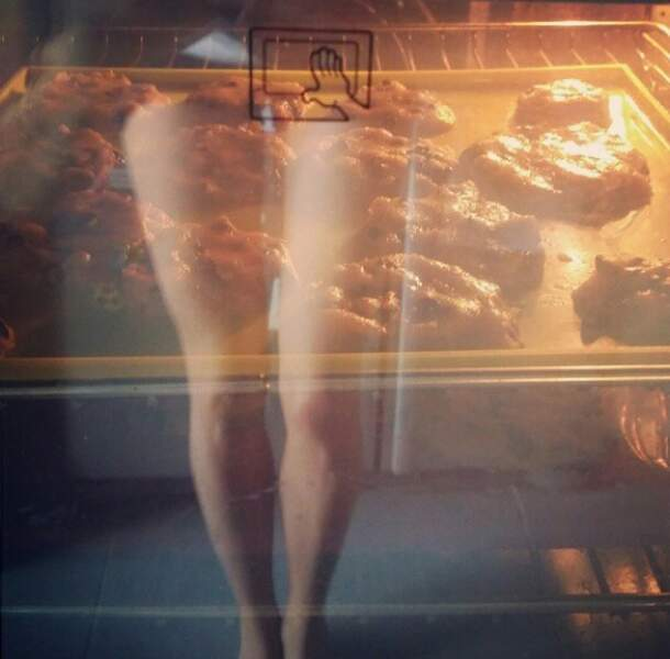 La photo incompréhensible du jour : Alexandra Rosenfeld nous montre ses cookies et ses gambettes en même temps.