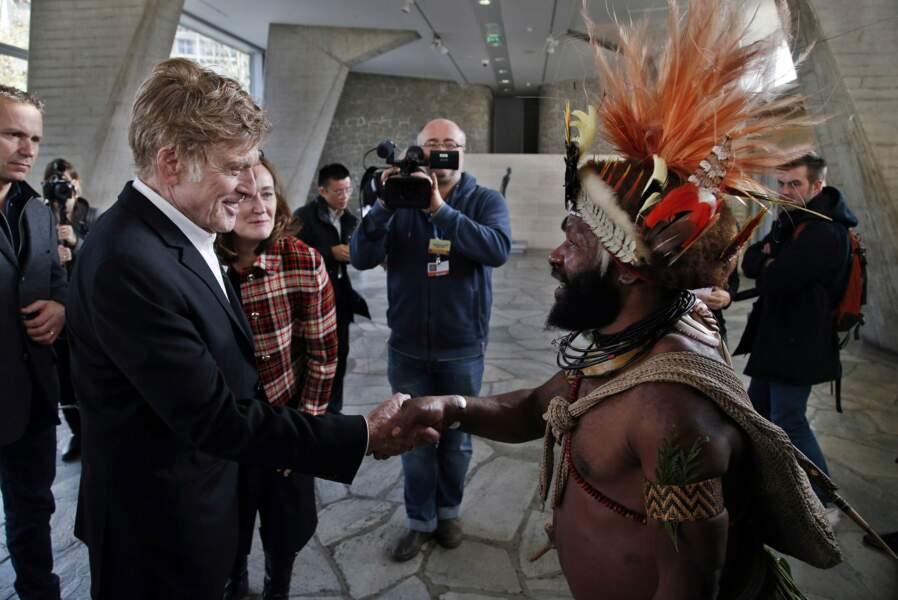 Il a ensuite rencontré Mundiya Kepanga, un chef de tribu originaire de Papouasie-Nouvelle-Guinée