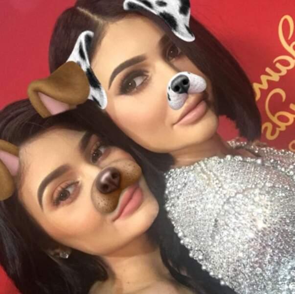 Kylie Jenner prend la pose avec son double de cire. Mais qui est qui ?