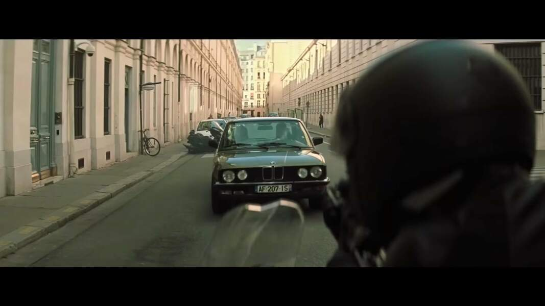 Par la route, nous sommes en BMW série 5 type 28, de 1986! La moto, elle, est la BMW R NineT Scrambler.