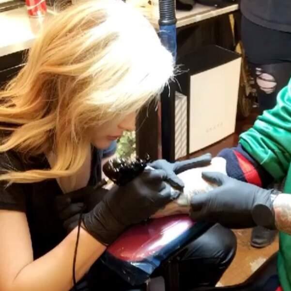 Elle s'exerce aussi durant son temps libre au tatouage