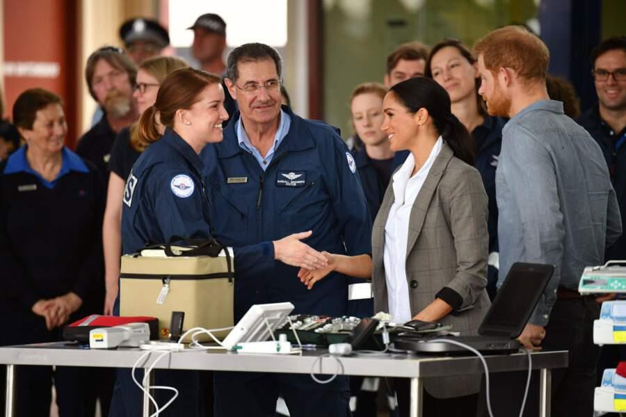 Meghan et Harry échangent en toute simplicité avec les autorités locales