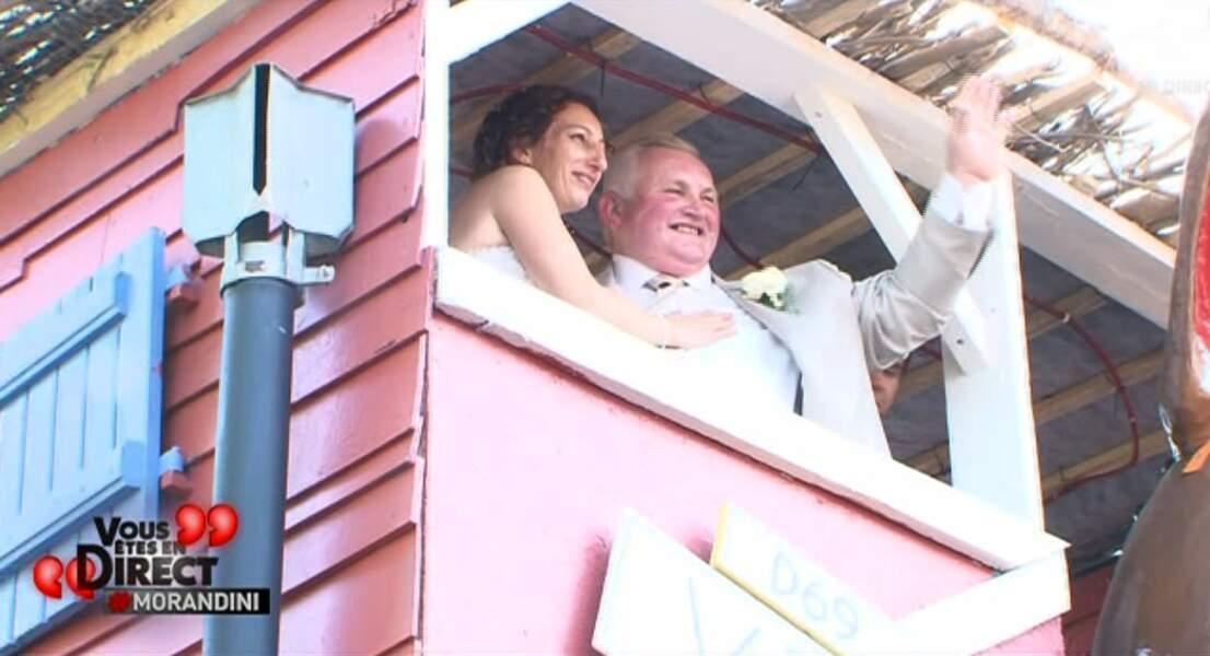 Du balcon, Annie et Thierry saluent la foule (comme Kate et William avant eux)