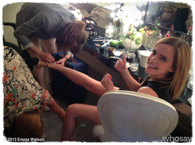 Que se passe-t-il Emma Watson ? Tu n'arrives pas à enfiler tes chaussures ?