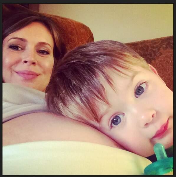 La photo CUTE de la semaine est signée Alyssa Milano, son fils Milo et le petit dernier bien au chaud !