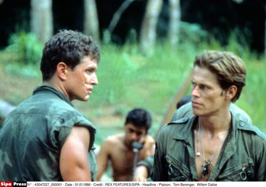 Le Sergent chef Barnes (Tom Berenger) et le Sergent Elias (Willem Dafoe) se font face dans Platoon (1986)