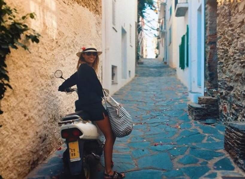 ... en arpentant les ruelles d'un joli village à moto