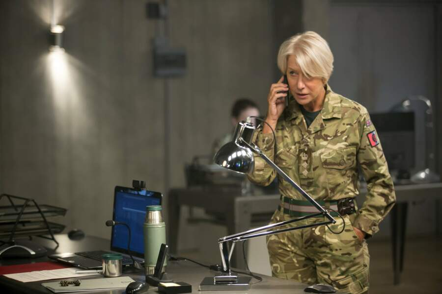 Le Colonel Katherine Powell (Helen Mirren) surveille les opérations aériennes dans Eye in the sky (2016)