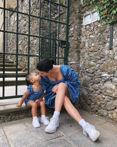 Et Kylie Jenner et sa fille Stormi étaient assorties en Italie.