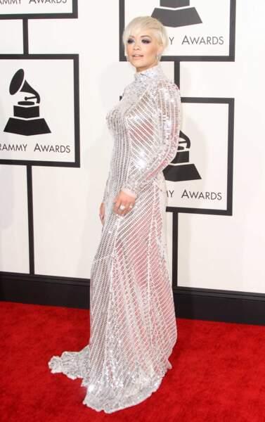 Rita Ora et sa très longue robe blanche scintillante