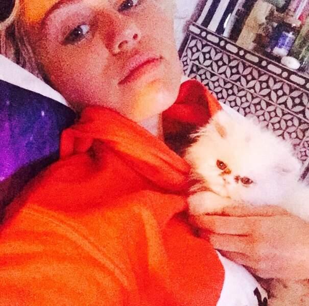 Pendant ce temps-là, Miley Cyrus a posé avec son chat...
