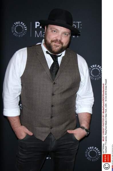 Drew Powell a le sourire timide devant les photographes sur le tapis rouge