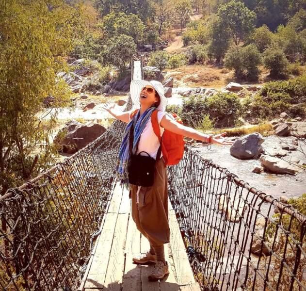 Debra Messing en plein trek au Malawi.