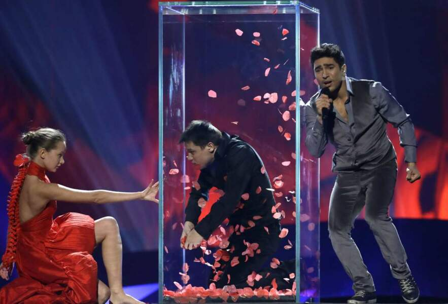La team Azerbaïdjan : un costume velours pour monsieur, une robe rouge originale pour madame, une boîte. OK.