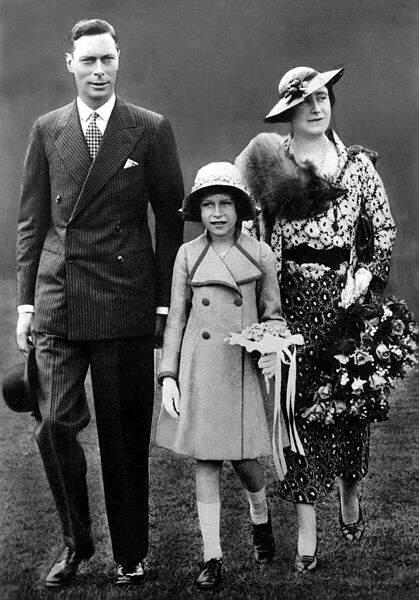 La reine Elisabeth II en 1937 en compagnie de ses parents. Elle a 11 ans et n'a encore jamais été à l'école…