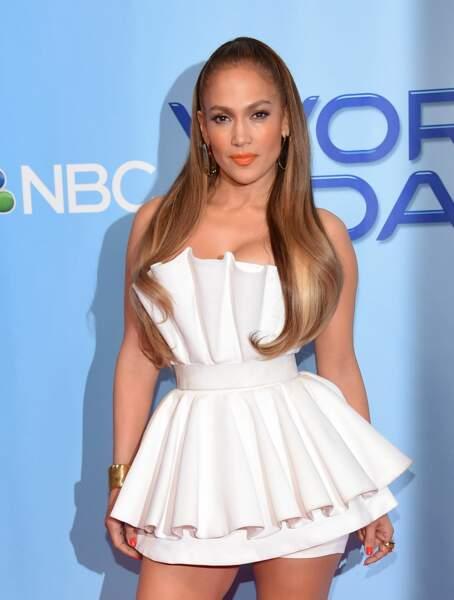 Jennifer Lopez dans une robe courte en forme de sablier, joliment plissée et cintrée à la taille.