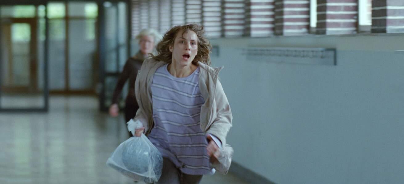 Noomi y est Anna, jeune mère d'un garçon de huit ans, qui fuit son ex-mari violent.