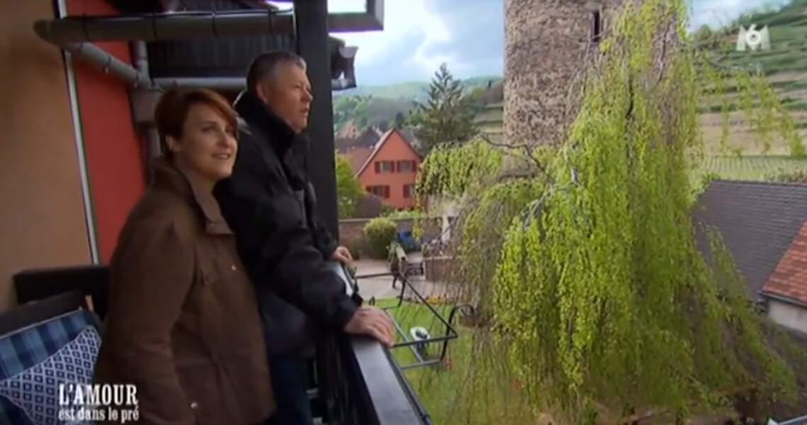 En Alsace, Eric et Florence s'extasient sur la vue depuis leur chambre d'hôtel