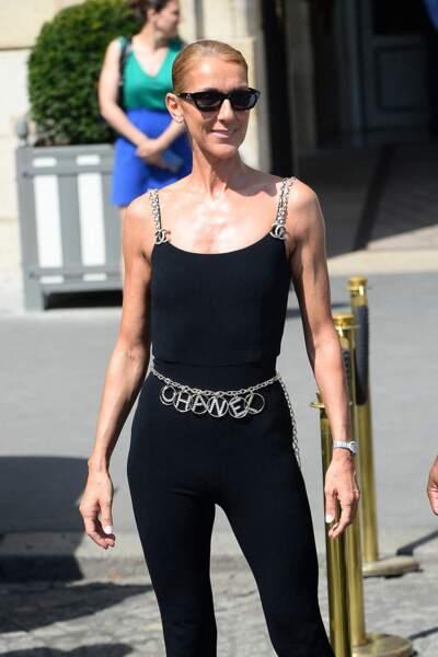 Celine Dion a débuté avec une tenue plus sobre, signée Chanel
