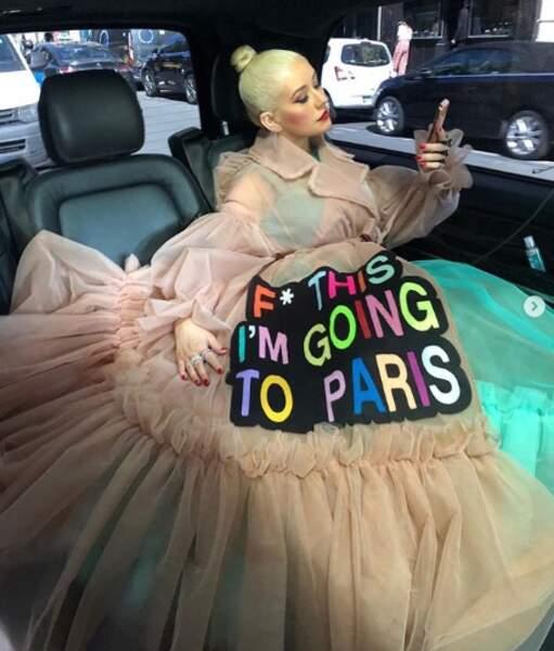 Tout comme Christina Aguilera, qui a tenu à l'annoncer sur sa tenue.