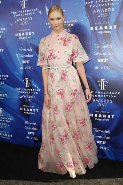 Pour cette soirée dédiée aux parfums, la mannequin Karlie Kloss avait choisi une robe fleurie