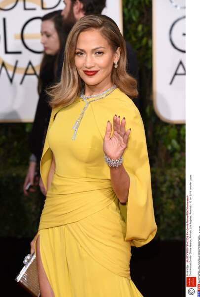 Vêtue d'un jolie robe drapée jaune pour la 73è cérémonie des Golden Globes en janvier 2016.