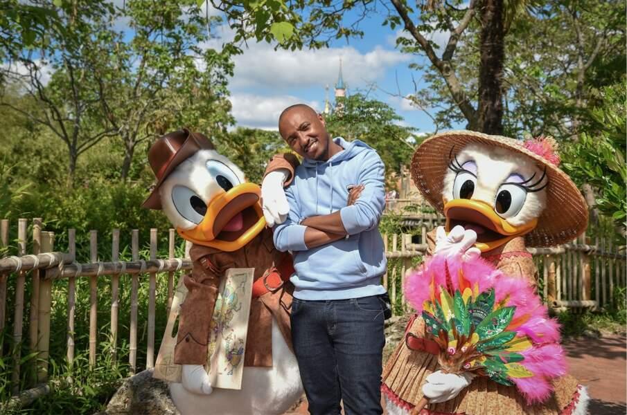 Le chanteur Soprano avec les explorateurs Donald et Daisy