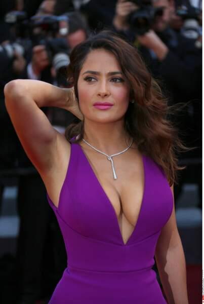 Salma Hayek en robe moulante et très décolletée