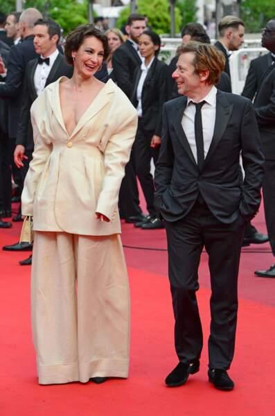 Visiblement Jeanne Balibar n'a pas choisi la bonne taille de costume...