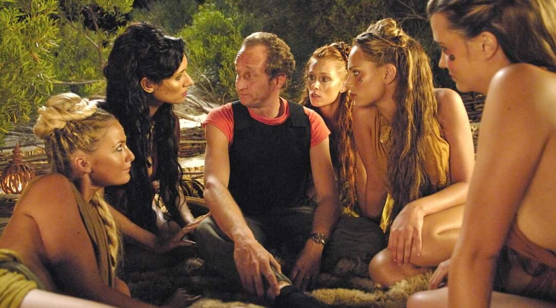 Jolie sauvage dans Les Deux mondes (2007), au deuxième plan, à droite