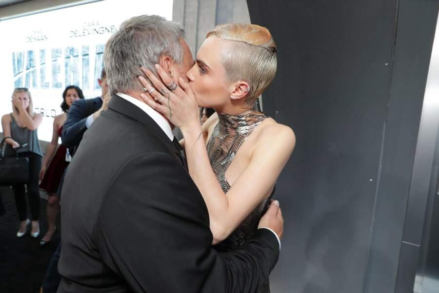 Oh, et bien Cara Delevingne, elle, a eu droit à un bisou !