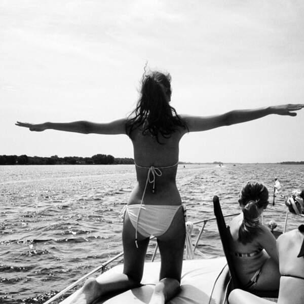 Sur un bateau, Gabriella aime rejouer la mythique scène de Titanic. Mais où est Léo ?