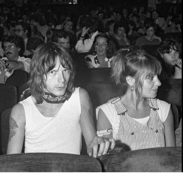 """À la premiere du groupe """"Odeurs"""" a Bobino à Paris le 1er juin 1980, il pose avec sa première femme Dominique"""