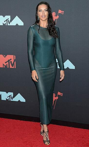 Adriana Lima était sublime en vert émeraude.