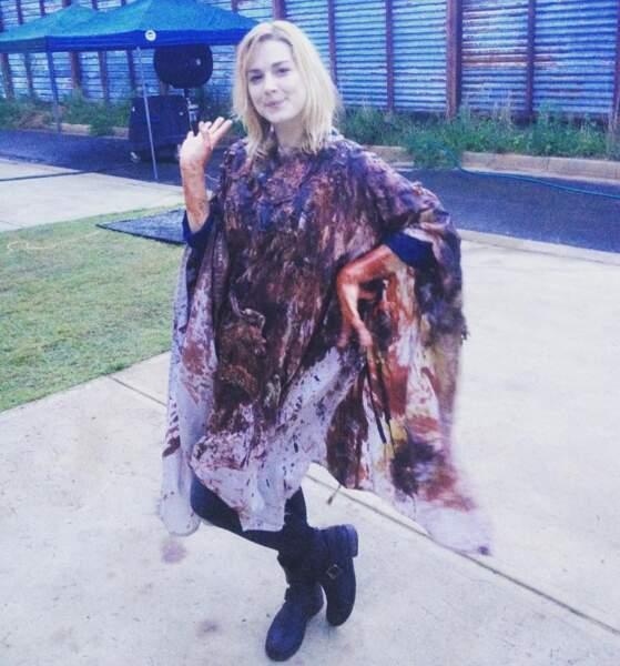 Alexandra Breckenridge arbore fièrement une tunique maculée : de vomi ? D'excréments ? De morceaux de zombies ?