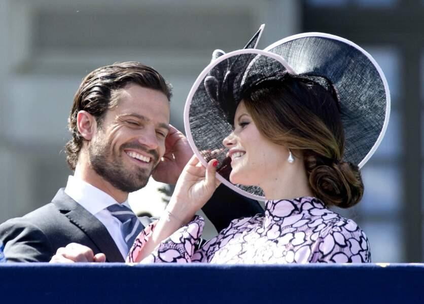 Le prince Carl Philip, petit frère de la princesse Victoria, rayonne de bonheur avec son épouse.