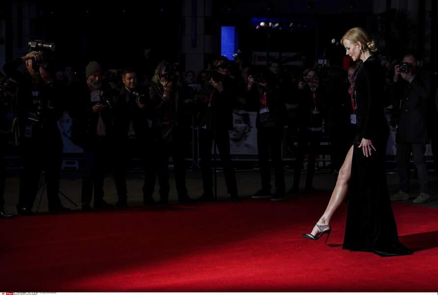 Laissant apparaître ses jambes de rêve qui ont rendu fou les photographes présents