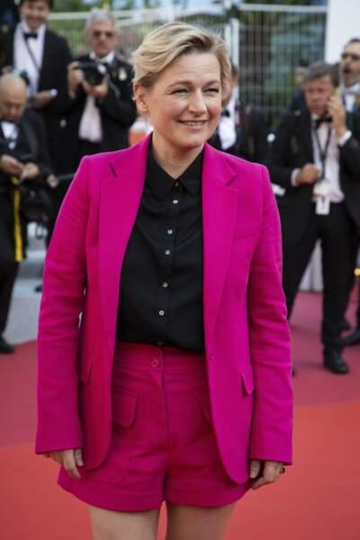 L'animatrice de C à vous a opté pour une chemise noire et un taille rose fuschia