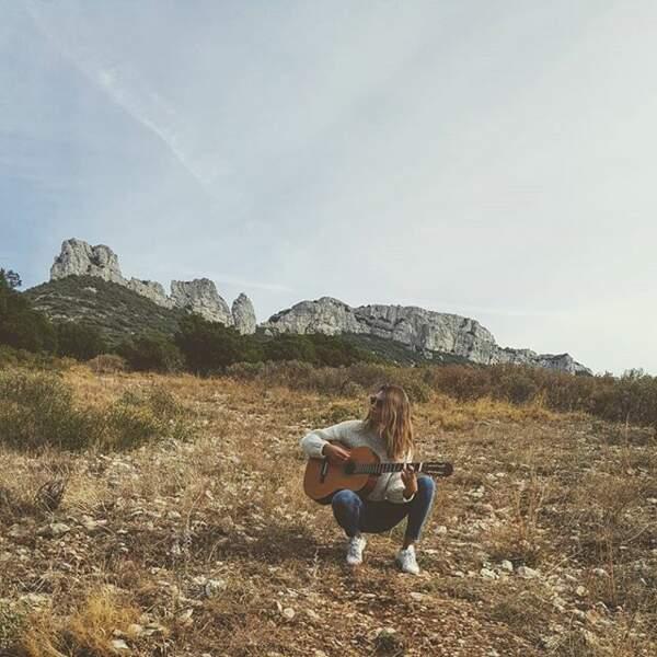 Laury Thilleman c'est le genre de fille qui fait de la guitare dans la nature.
