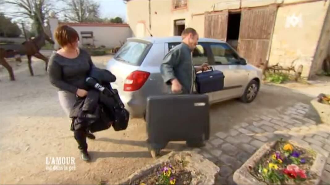 Pauline est venue avec... trois valises à la ferme chez Bertrand. Elle ne voyage pas léger !