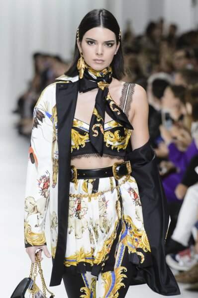 Son amie Kendall Jenner, la demi-soeur des filles Kardashian, est sur le défilé Versace.