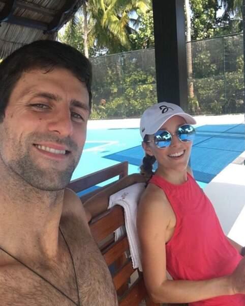 En vacances, Novak Djokovic joue au tennis avec sa meilleure partenaire de double : sa femme Jelena.