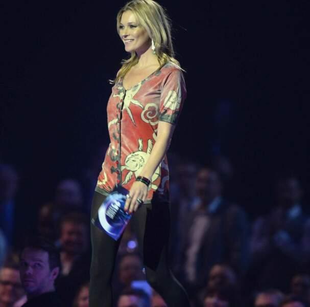 Kate Moss, toujours radieuse, est venue récupérer le prix destiné à David Bowie