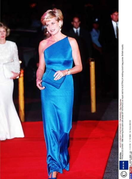 Resplendissante dans une robe Versace en satin de soie, à Sydney en 1996 l'année de son divorce