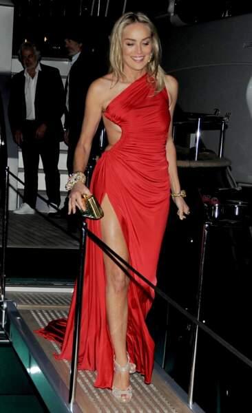Sharon Stone avait très chaud sur son côté gauche. Avec cette robe, ça va beaucoup mieux !