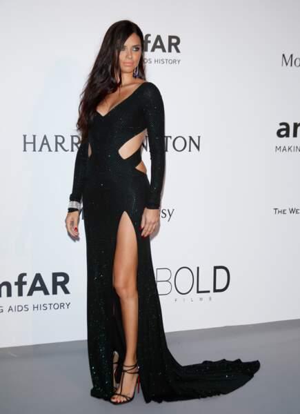 Adriana Lima, toujours parfaite, lors du Gala de l'AmfAR
