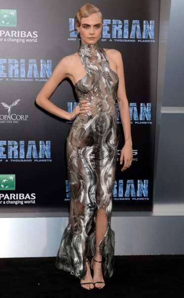 Il semble bien que la jeune actrice était nue sous sa robe... Caliente !