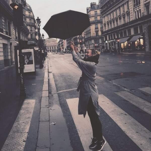 Pendant ce temps, Maria Sharapova se balade toujours dans les rues de Paris...