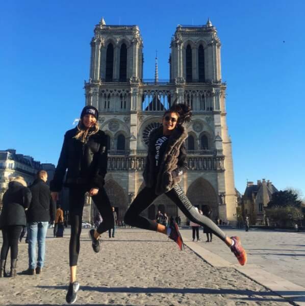 Keke Lindgard et Kelly Gale étaient trop heureuses de poser devant Notre-Dame.