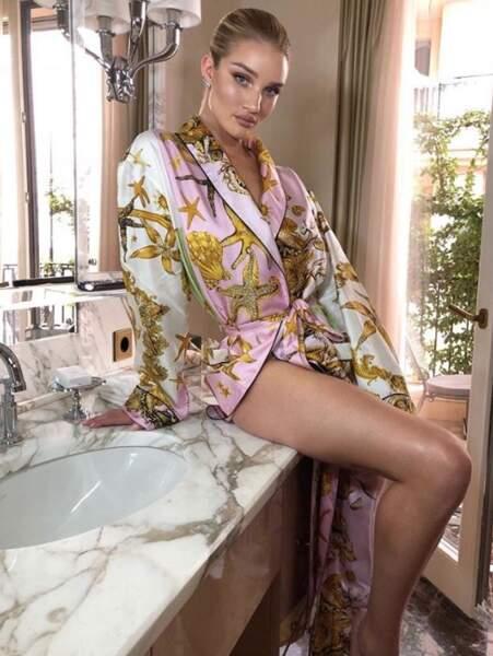 Vous aussi vous traînez en kimono dans votre salle de bain comme Rosie Huntington-Whiteley le matin ?